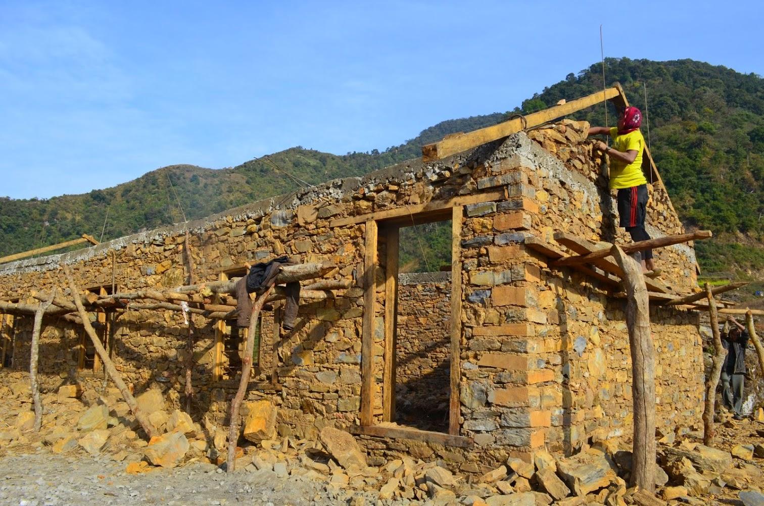 Construction d'une maison népalaise à Uperdang Gadi.