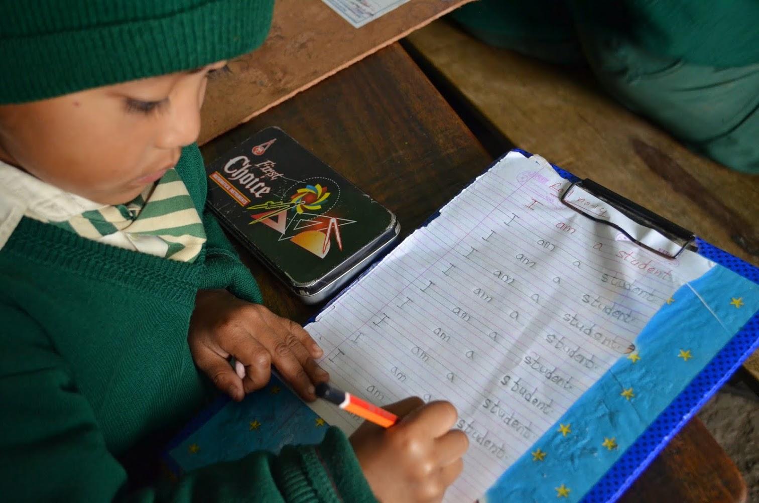 Scolarisation d'un enfant au Népal.