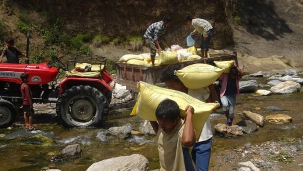 Par Dadi, Acheminement de riz dans les villages