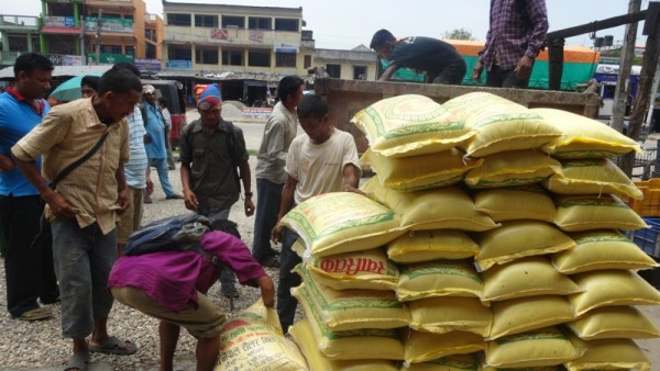 Par Dadi, Livraison de sacs de riz